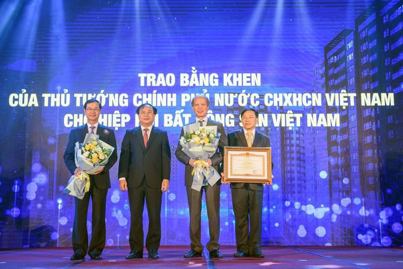Thừa ủy quyền của Thủ tướng Chính phủ, thay mặt lãnh đạo Bộ Xây dựng, ông Nguyễn Văn Sinh - Thứ trưởng Bộ Xây dựng đã trao bằng khen của Thủ tướng Chính phủ cho Hiệp hội Bất động sản Việt Nam.