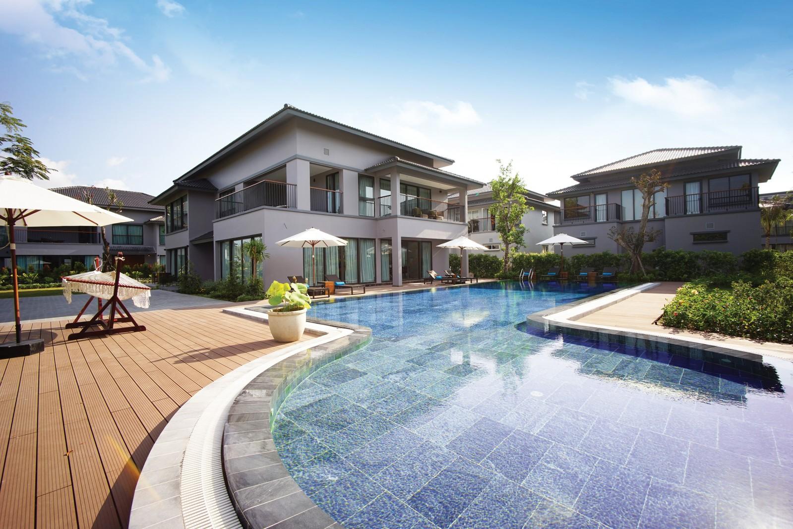Các tiện ích đẳng cấp trong khu biệt thự nghỉ dưỡng Novotel Villas bao gồm 02 bể bơi lớn ngoài trời, pool bar, nhà hàng, spa, massage, phòng tập gym, phòng tập yoga, quán cafe…