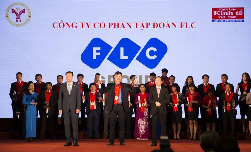 """Ông Đỗ Quang Lâm, Đại diện Tập đoàn FLC nhận danh hiệu """"Thương hiệu mạnh"""" năm 2016 từ Ban Tổ chức."""