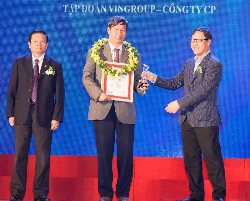 Ông Lê Khắc Hiệp - Phó Chủ tịch Tập đoàn Vingroup nhận giải Chủ đầu tư bất động sản uy tín nhất Việt Nam.