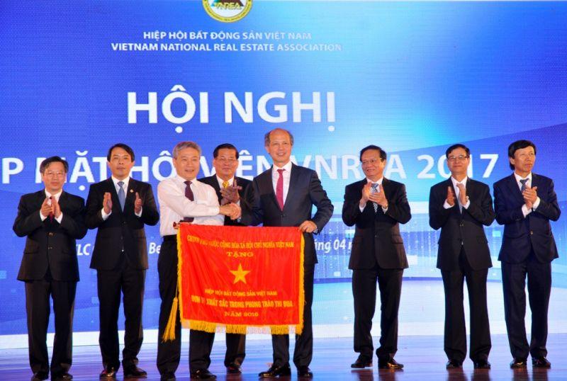 Đại diện Chính phủ trao cờ thi đua xuất sắc cho VNREA tại Hội nghị thường niên Gặp mặt hội viên 2017