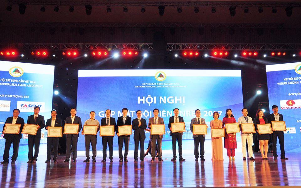Hiệp hội tặng Bằng khen cho các doanh nghiệp thành viên có thành tích xuất sắc.