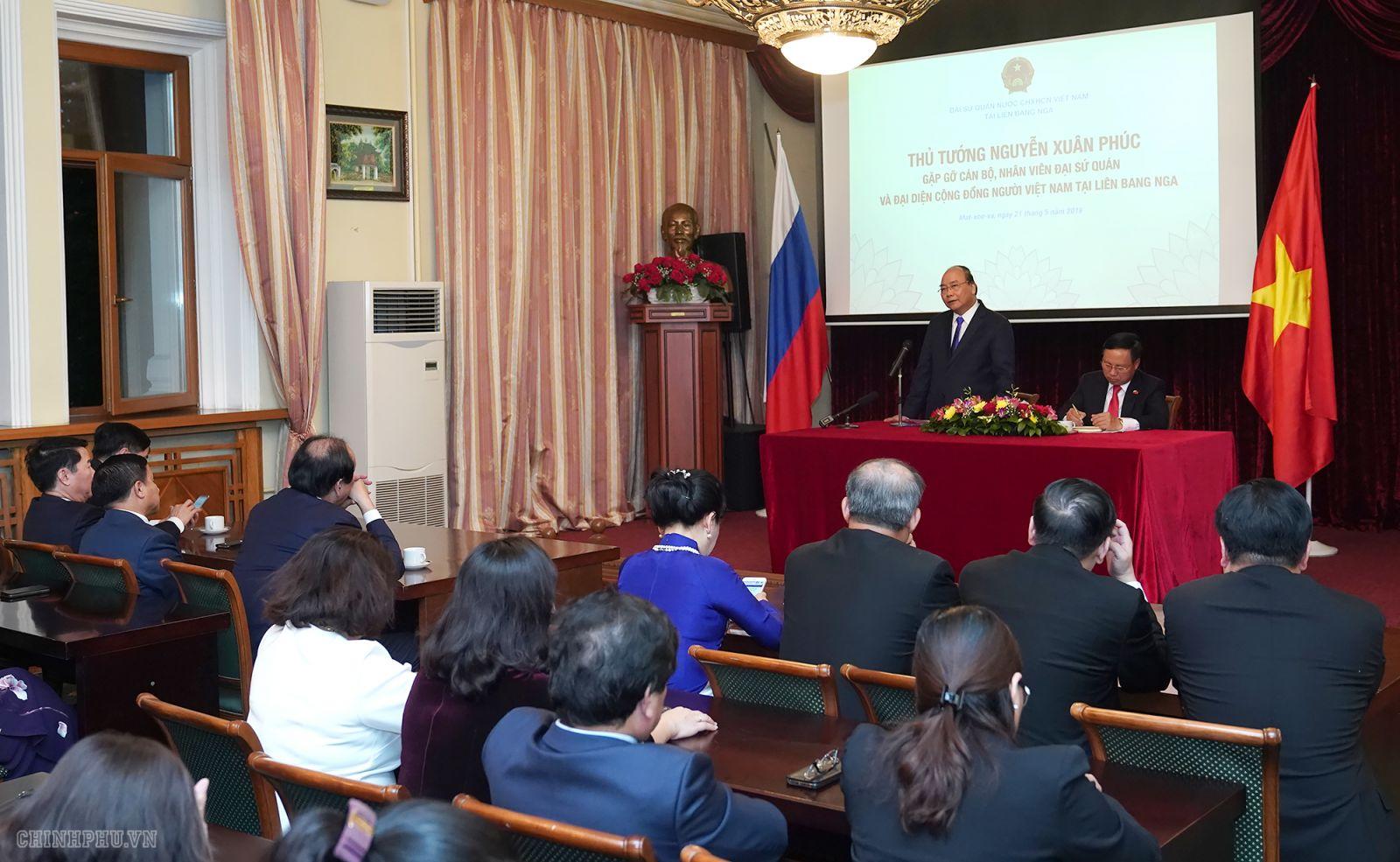 Thủ tướng Nguyễn Xuân Phúc đến thăm, nói chuyện với cán bộ, nhân viên Đại sứ quán và cộng đồng người Việt Nam tại Nga. Ảnh VGP/Quang Hiếu