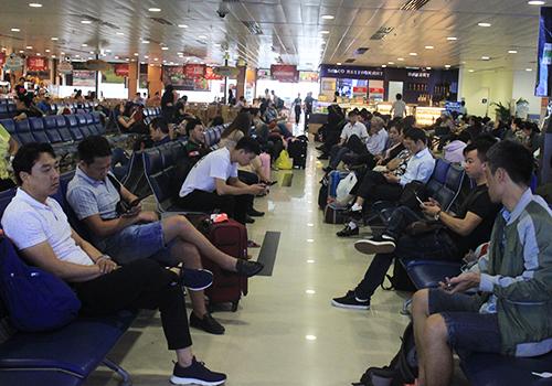 Hành khách tại phòng chờ sân bay Tân Sơn Nhất. Ảnh: Đoàn Loan