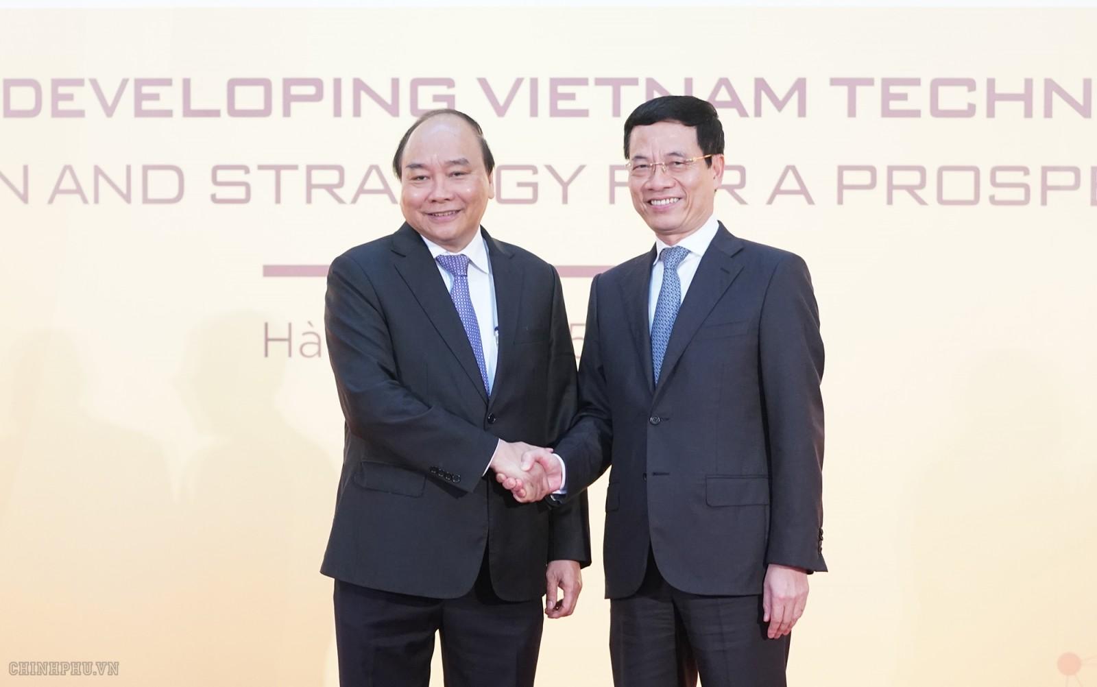 Thủ tướng Nguyễn Xuân Phúc và Bộ trưởng Bộ TTTT Nguyễn Mạnh Hùng. Ảnh VGP/Quang Hiếu