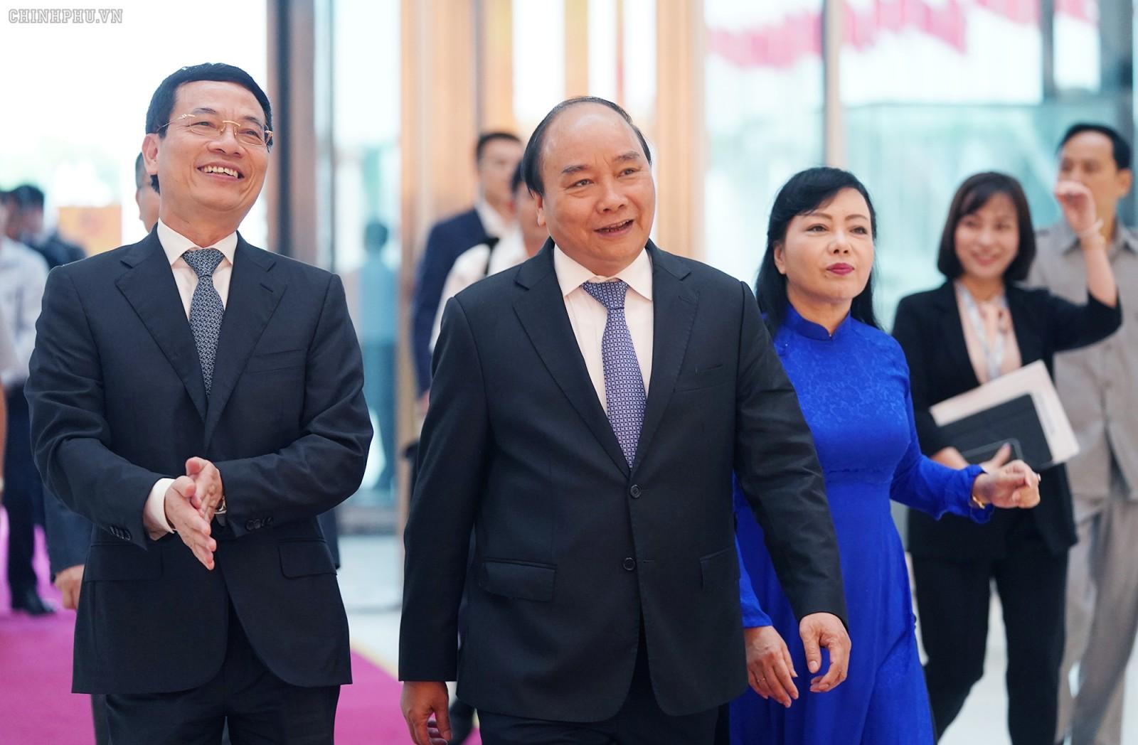 Trước giờ khai mạc diễn đàn, Thủ tướng Nguyễn Xuân Phúc và các đại biểu đã tham quan Triển lãm công nghệ Việt Nam. Ảnh VGP/Quang Hiếu