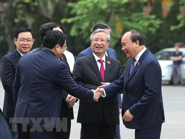 Thủ tướng Nguyễn Xuân Phúc với các đại biểu Quốc hội trước giờ khai mạc kỳ họp thứ 7 Quốc hội khóa XIV. (Ảnh: Dương Giang/TTXVN)