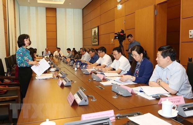 Đoàn đại biểu Quốc hội các tỉnh Hải Dương, Quảng Ngãi và Long An thảo luận ở tổ. (Ảnh: Doãn Tấn/TTXVN)