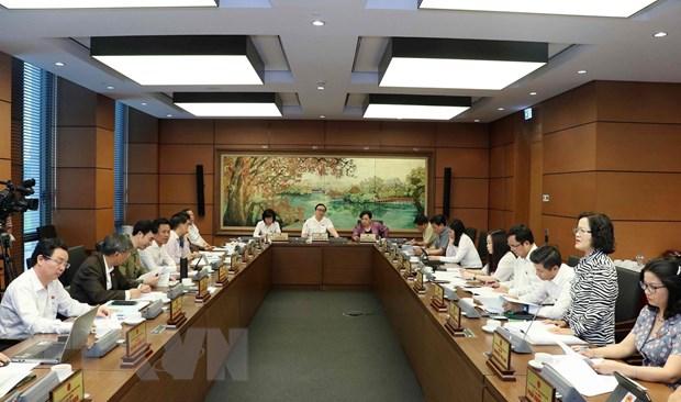Đoàn đại biểu Quốc hội thành phố Hà Nội thảo luận tại tổ. (Ảnh: Văn Điệp/TTXVN)
