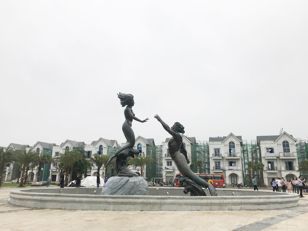 Tượng nàng tiên cá ở khu quảng trường cạnh hồ trung tâm đã hoàn thành.