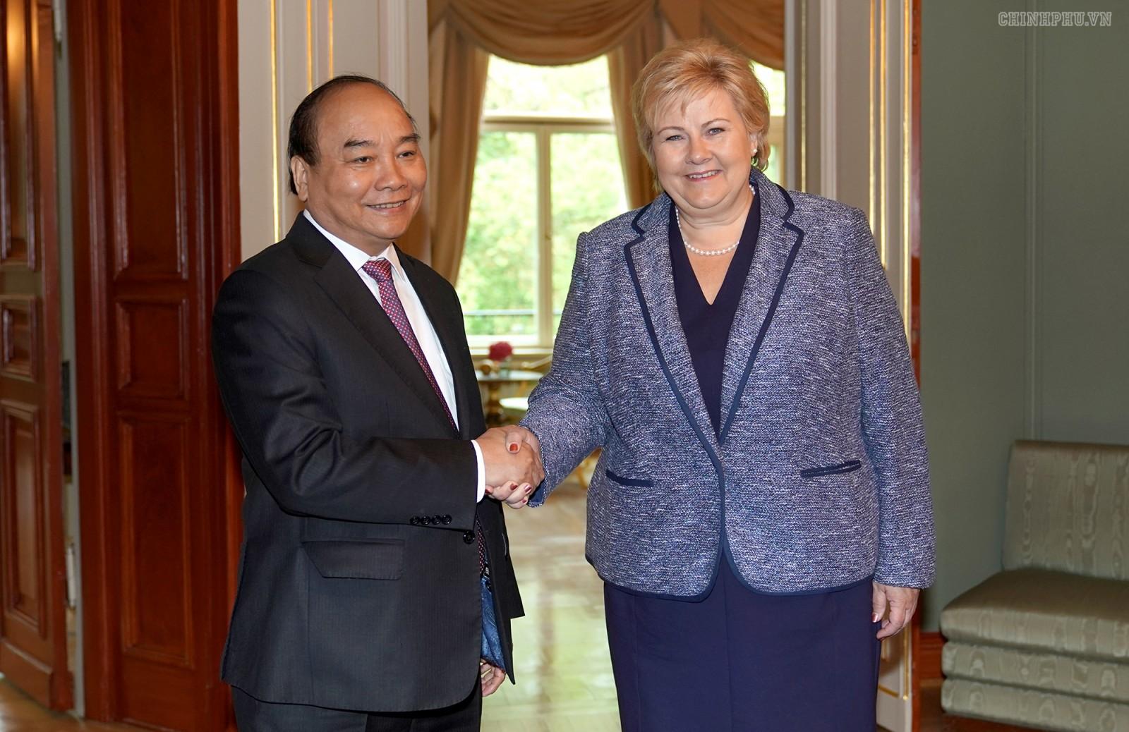 Thủ tướng Nguyễn Xuân Phúc và Thủ tướng Vương quốc Na Uy, bà Erna Solberg. Ảnh: VGP/Quang Hiếu