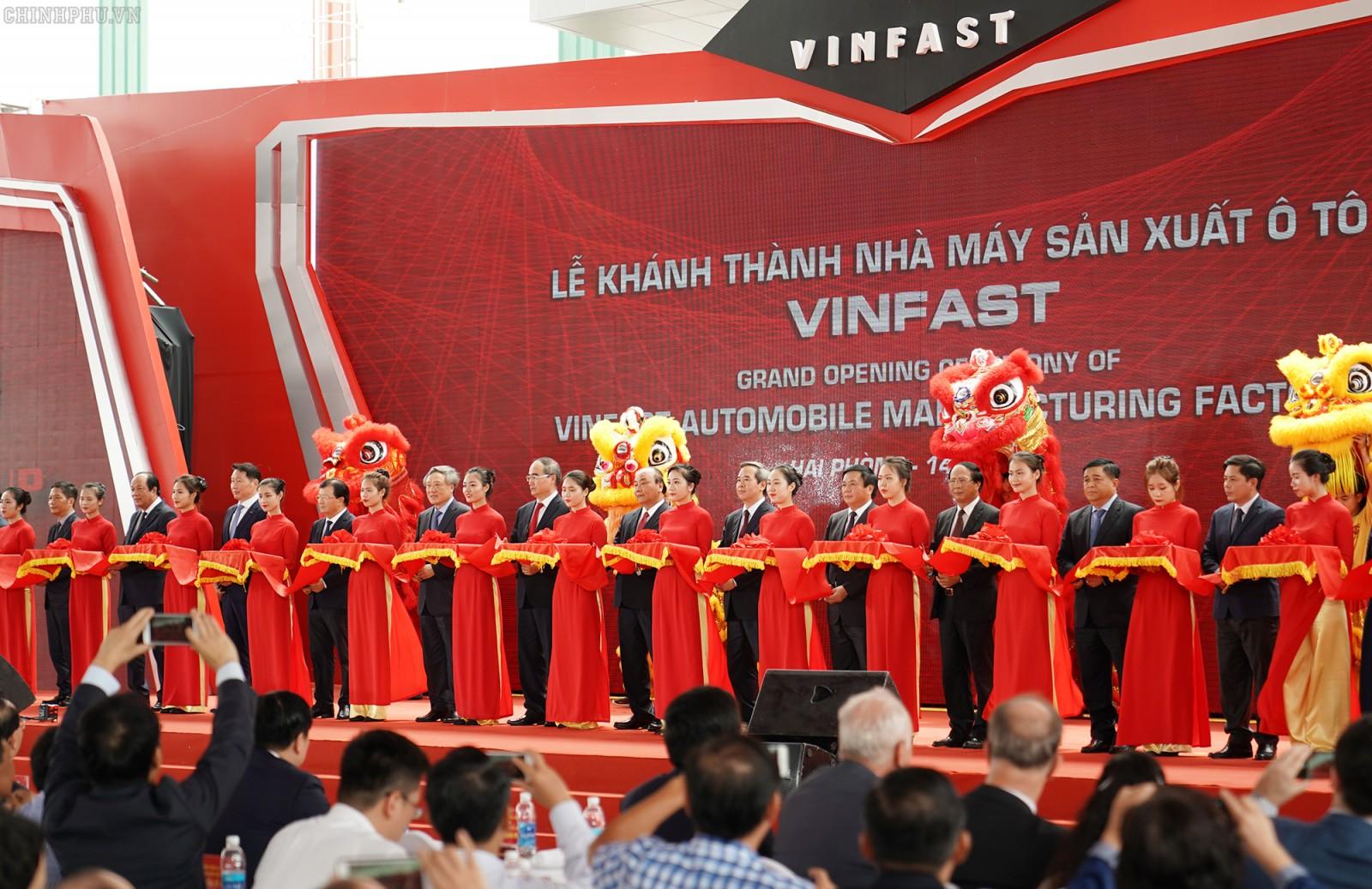 Thủ tướng thăm Nhà máy ô tô VinFast. Ảnh: VGP/Quang Hiếu