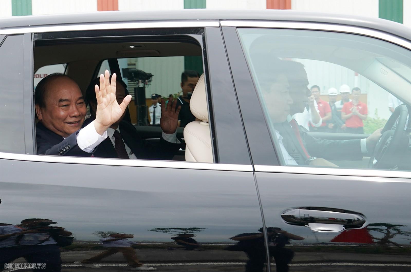 Thủ tướng trải nghiệm khả năng vận hành của xe ô tô VinFast. Ảnh: VGP/Quang Hiếu