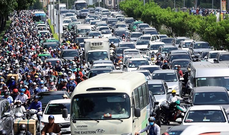 Tình trạng kẹt xe tại trung tâm TP HCM ngày càng nghiêm trọng. Ảnh: Hữu Khoa