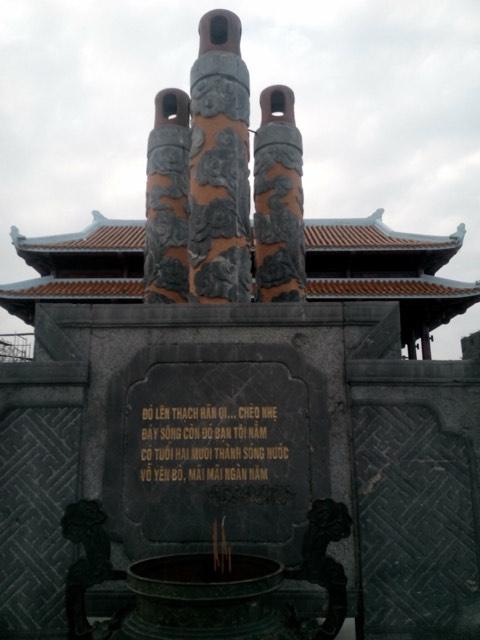 Bài thơ Lời người bên sông của Lê Bá Dương được tạc vào đá tại bến thả hoa sông Thạch Hãn