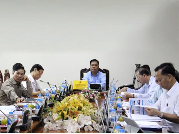Đồng chí Nguyễn Văn Trình, Chủ tịch UBND tỉnh chủ trì cuộc họp.