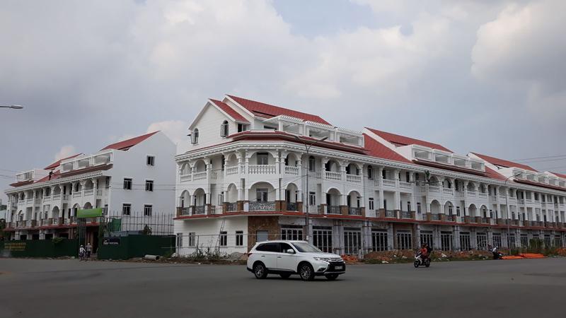 Các dự án bất động sản được xây dựng đồng bộ như thế này sẽ góp phần tạo mỹ quan đô thị đẹp cho thành phố. Ảnh chụp tại khu dân cư Hưng Phú 1, quận Cái Răng.