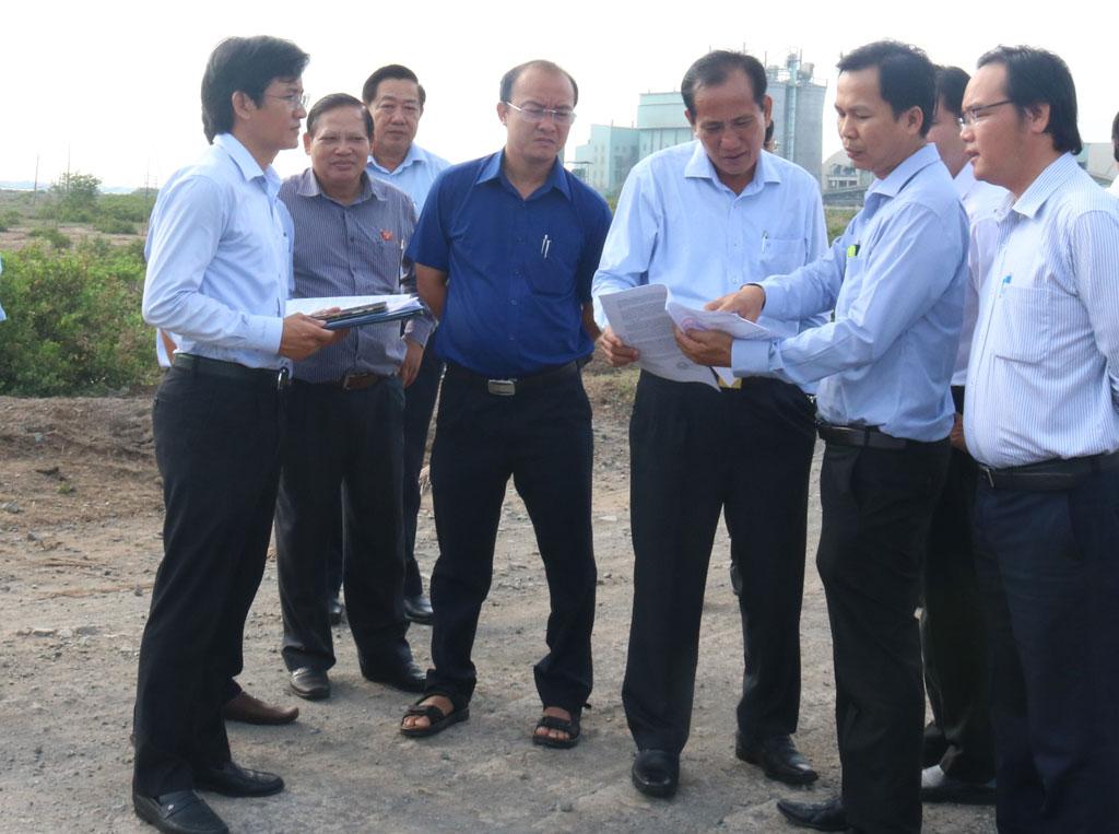 HĐND tỉnh khảo sát, kiểm tra một số dự án trên địa bàn huyện Thủ Thừa và Cần Giuộc (Ảnh chụp khảo sát dự án tại xã Tân Tập, huyện Cần Giuộc)