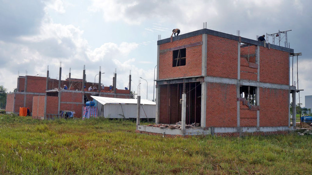 Thời gian qua, việc giao nền, cấp giấy chứng nhận quyền sử dụng đất cho người dân tại các dự án tái định cư có nhiều chuyển biến