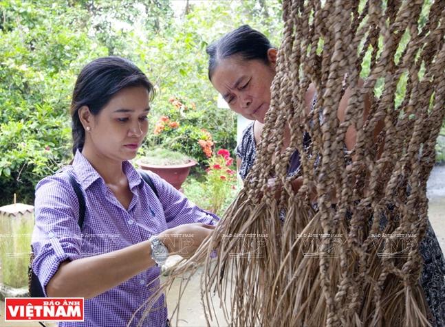Trải nghiệm đan võng bằng vật liệu là cây lục bình.