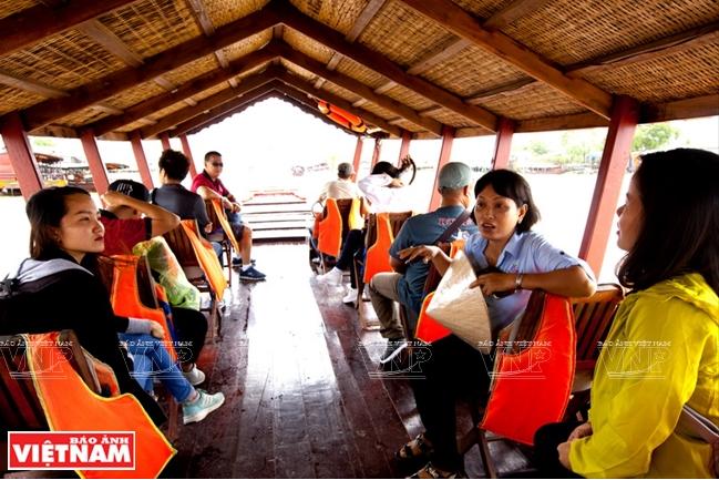 Du khách đi đò theo con sông Cái Bè ngắm những khu chợ nổi, tìm hiểu về các hoạt động của người dân địa phương.