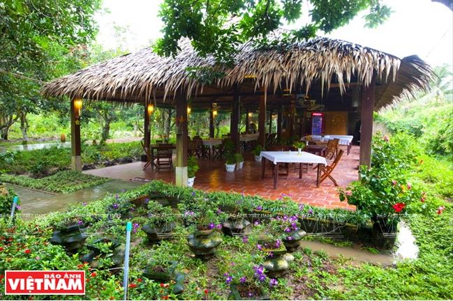 Không gian mở tạo cho du khách vừa thưởng thức những món ăn đặc sản vùng quê vừa ngắm cảnh thiên nhiên.