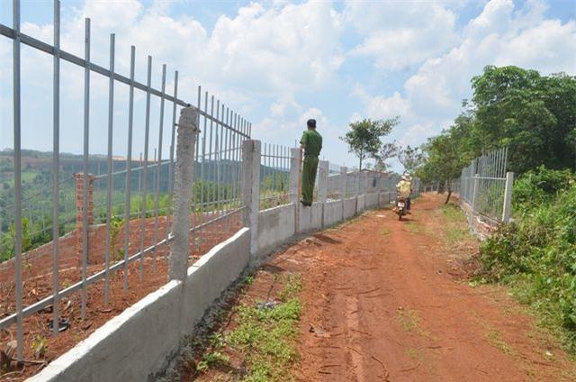 Tường rào được làm trên đất dự kiến thu hồi.
