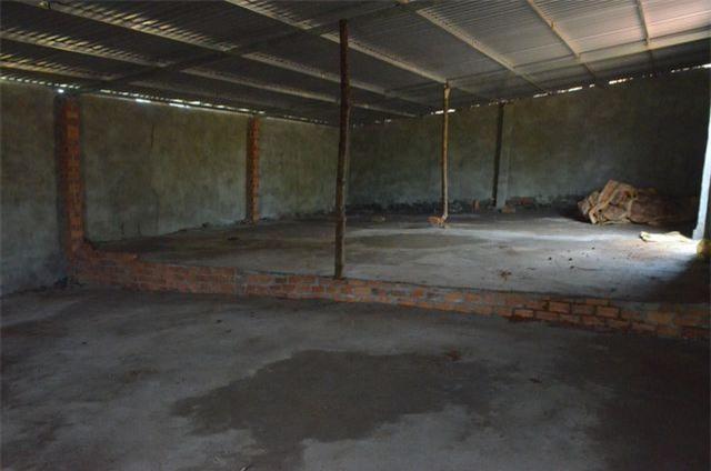 Bên trong một căn nhà, kèo cột được tận dụng từ thân cây bỏ đi.