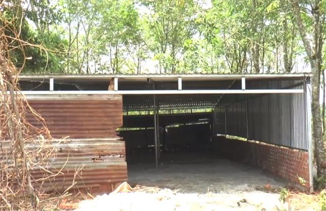 Căn nhà được dựng tạm bợ để chờ đền bù.