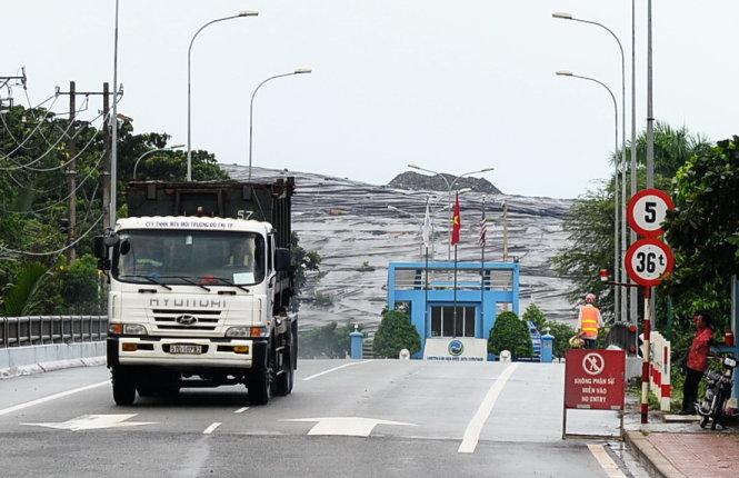 Xe chở rác ra vào bãi rác Đa Phước, huyện Bình Chánh, TP.HCM - Ảnh: HỮU KHOA.