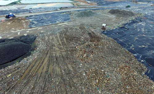 Giá xử lý rác ở Đa Phước được cho là đắt hơn các nơi khác dù cùng công nghệ. Ảnh: Hữu Nguyên.