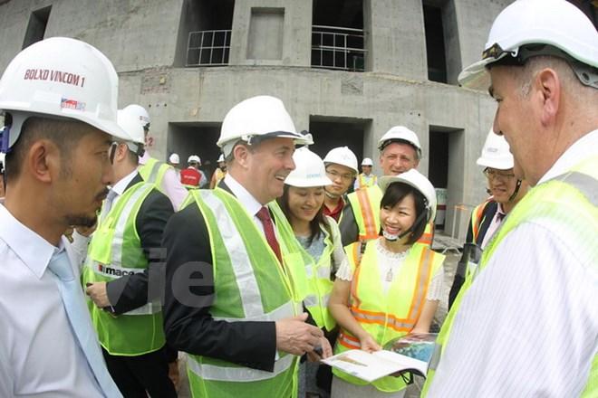 Bà Dương Thị Mai Hoa Tổng giám đốc tập đoàn Vingroup giới thiệu với Bộ trưởng Ngoại thương Anh Liam Fox về công trình Landmark 81 thuộc Khu đô thị Vinhomes Cantral Park. (Ảnh: Vietnam+).