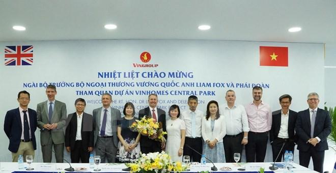 Bộ trưởng Bộ Ngoại thương Anh cùng đoàn tham quan công trình Landmark 81 thuộc Khu đô thị Vinhomes Central Park. (Ảnh: Vietnam+).