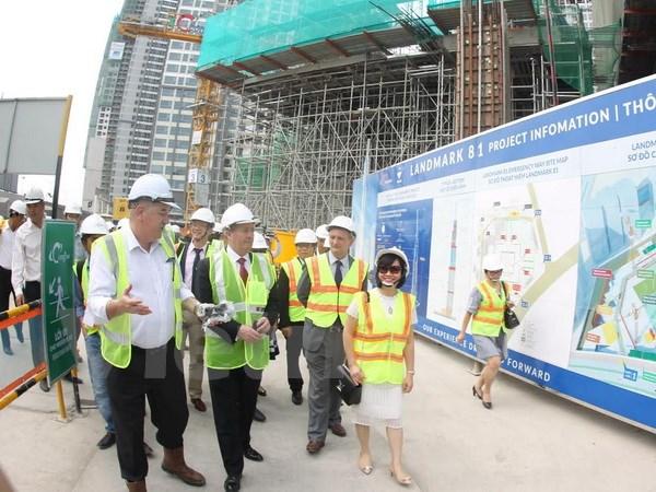Bộ trưởng Bộ Ngoại Thương Anh tham quan công trình Landmark 81 thuộc Khu đô thị Vinhomes Central Park. (Ảnh: Vietnam+).