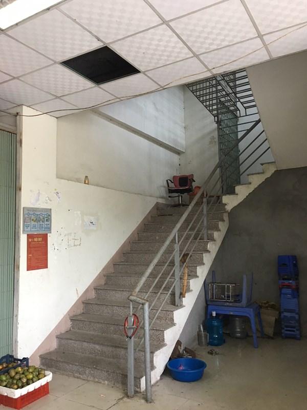 Chưa thi công cửa chống cháy cho thang bộ thoát nạn từ tầng 5 xuống tầng 1 của các tòa nhà.