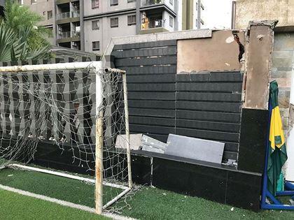Tường bao ở sân bóng bị nứt, có nguy cơ sụp đổ.