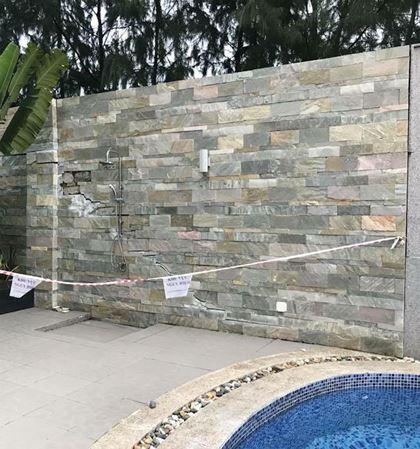 Bể bơi bị rò rỉ điện.