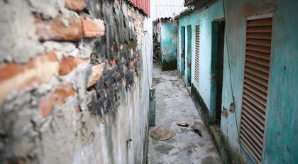 Người dân phải sống trong những căn hộ xuống cấp mà không thể cải tạo, sửa chữa.