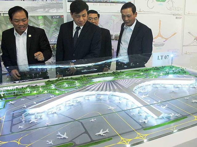 Hội đồng đánh giá xếp hạng của Bộ GTVT xem xét phương án kiến trúc nhà ga hành khách Cảng hàng không quốc tế Long Thành. Ảnh: V.LONG