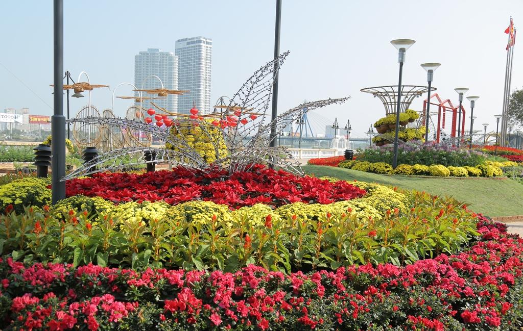 Đường hoa Xuân sắc màu bên sông Hàn tại Đà Nẵng