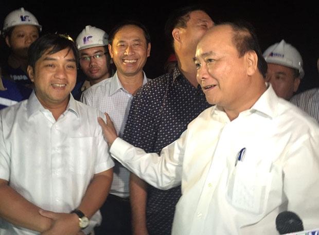 Thủ tướng Nguyễn Xuân Phúc động viên CEO Hồ Minh Hoàng và CBCNV Đèo Cả trong lần thăm công trình hầm lúc thi công. Ảnh ĐC