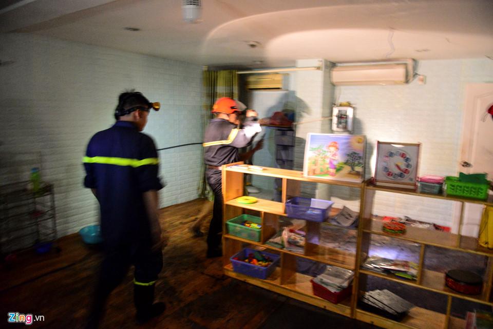 Trong khi đó ở Block A, một hộ dân ở lầu 1 báo phát hiện hơi nóng, sợ rò rỉ bình ga đã nhờ cảnh sát PCCC kiểm tra. Lực lượng chức năng cũng đã nhanh chóng khắc phục sự cố. Theo ghi nhận vào chập tối, sức nóng vẫn còn rất lớn ở tầng 1 block A.