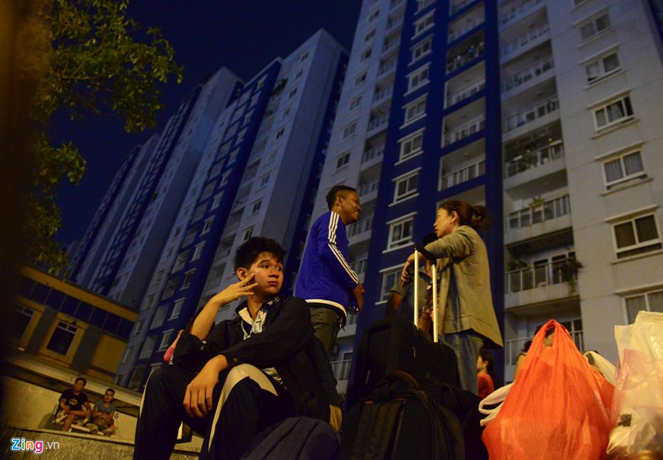 Người dân đứng đợi trước chung cư Carina Plaza.