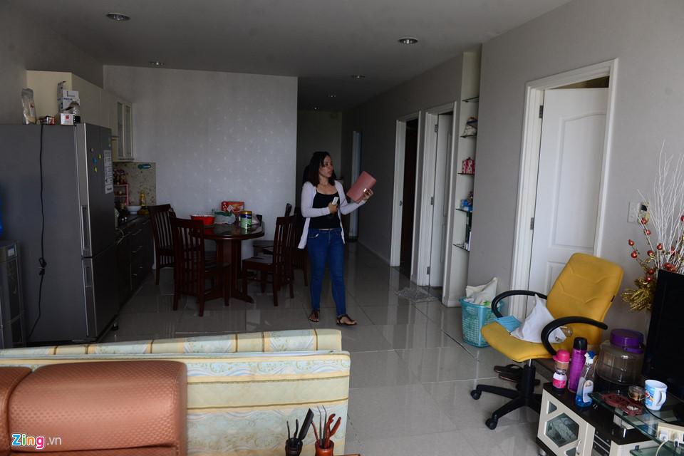 Chị Ngọc Linh lên lầu 7 block B lấy đồ. Chị Linh kể tối qua em gái ở nhà một mình, hay tin cháy sớm cô gái đã thoát nạn an toàn.