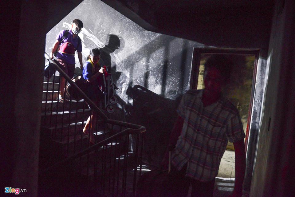 Người dân men theo thang bộ vận chuyển đồ đạc ra ngoài.