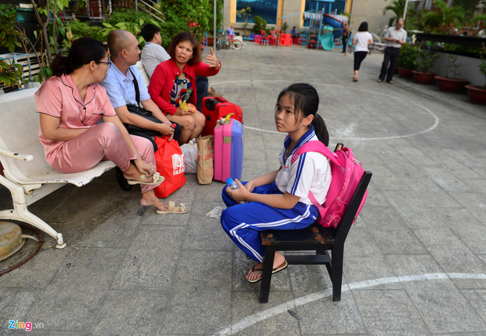 Bé Lê Huỳnh Như sau khi đi học về ngồi đợi ba mẹ vận chuyển đồ từ lầu 11 xuống để đi ở nhờ.