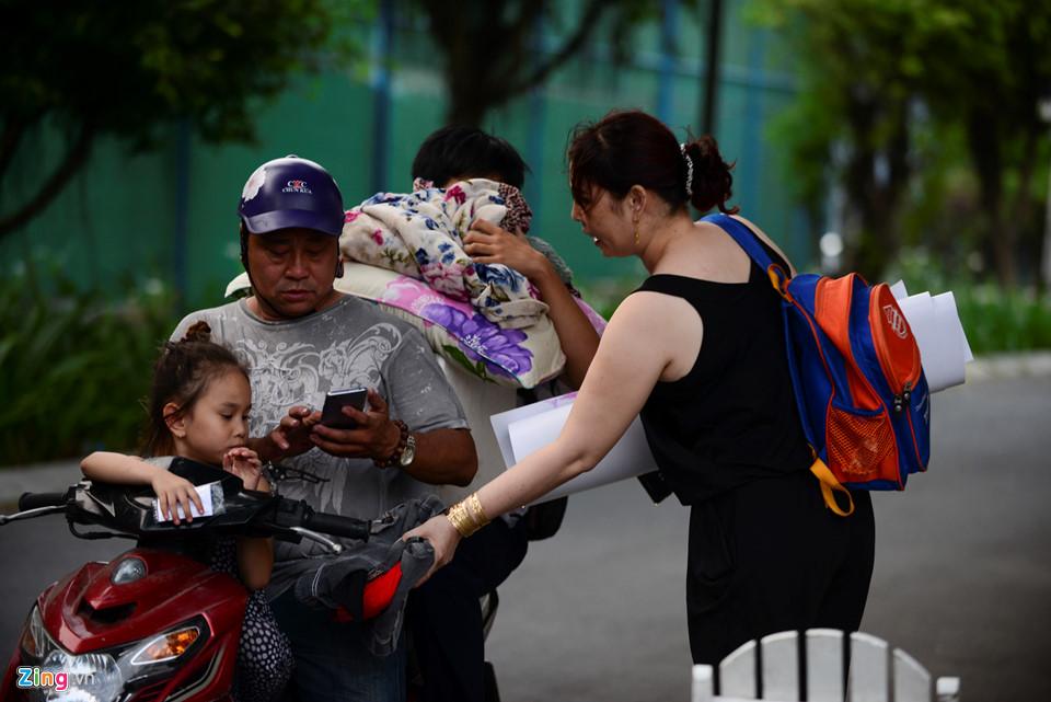 May mắn hơn nhiều người, gia đình chị Nguyễn Thị Kim Thanh ngoài chung cư bị cháy còn có một căn hộ khác ở gần đó. Tranh thủ lúc trời nhá nhem tối, gia đình chuyển qua ở tạm đến khi tình hình ổn định.