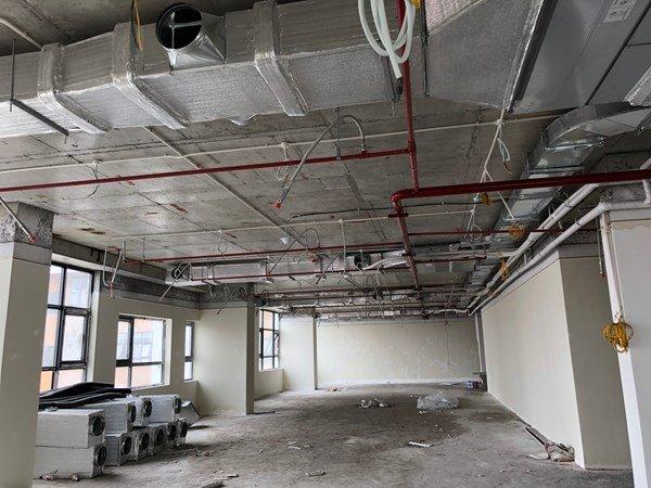 Nhiều khu vực chưa thi công hoàn thiện, chưa lắp đặt cố định đầu báo cháy, đầu phun sprinkler, hệ thống hút khói (Nguồn: Cảnh sát PCCC TP Hà Nội).