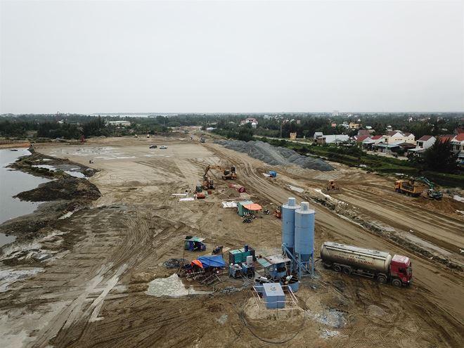 Dự án đường dẫn cầu cửa Đại trên do liên danh CTCP Đạt Phương và Công ty TNHH Xây dựng Phú Vinh đảm nhiệm thi công.