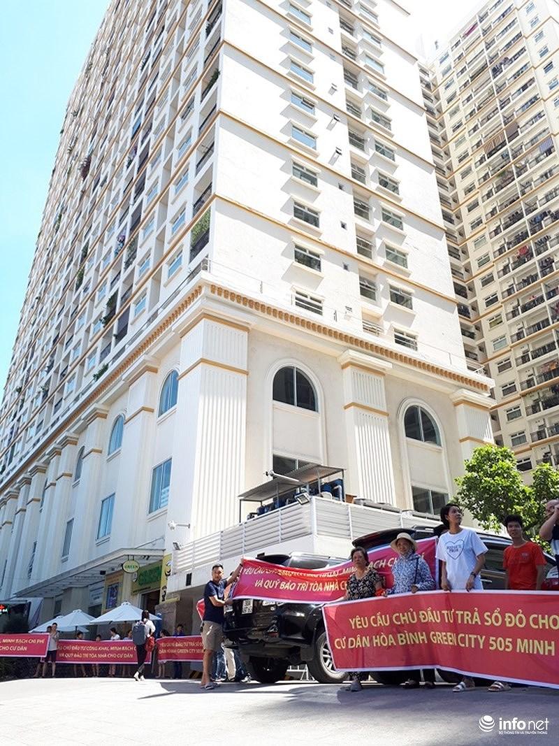 Cư dân chung cư cao cấp Hòa Bình Green City ở 505 Minh Khai (Hai Bà Trưng, Hà Nội) đã cùng nhau tập trung căng băng rôn dưới trời nắng gắt 40 độ C để đòi quyền lợi khi bỏ ra hàng tỷ đồng mua nhà...